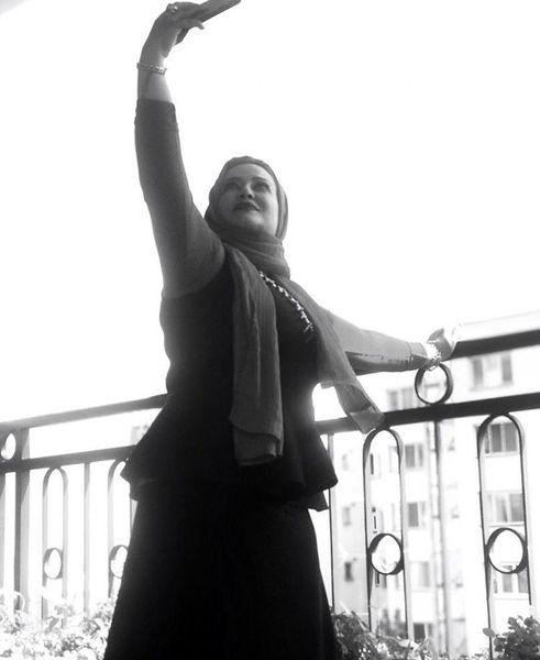 سلفی گرفتن بهاره رهنما در بالکن خانه اش + عکی