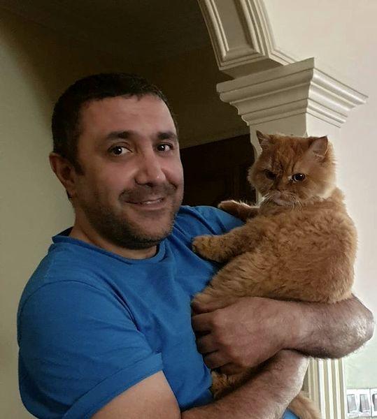 آقای بازیگر و گربه اش در خانه + عکس