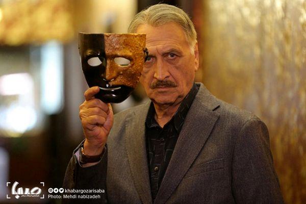 پنهان شدن احمد نجفی در پشت نقاب + عکس