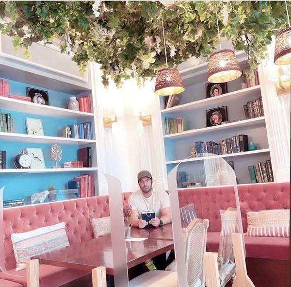 گلزار در کافه ای لاکچری + عکس