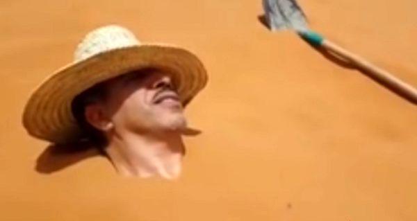 خوشگذرانی آقای وزیر در حمام شن زیر آفتاب سوزان!+فیلم