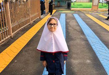 قیافه بامزه دختر تازه از فرنگ برگشته شاهرخ استخری در مدرسه+عکس