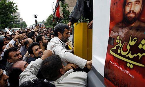 احمدی نژاد روي سن!؟/ به جاي محسن رضایی، از عراقچی براي سخنران دعوت مي كرديد