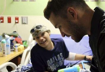 سورپرایز خواننده معروف برای کودکان بیمار / عکس
