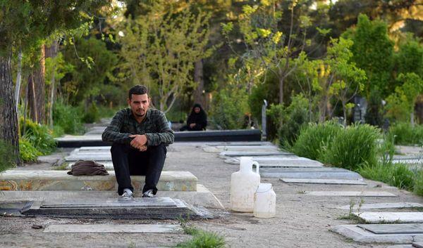 بازیگر «لیسانسهها» در قبرستان+عکس