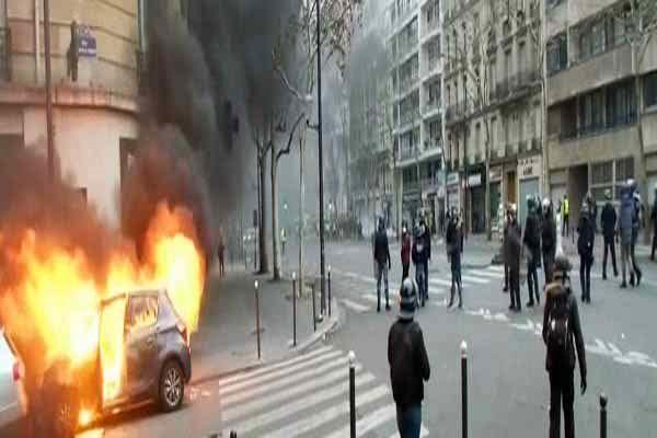 دفع سرکوب پلیس فرانسه با سنگفرش