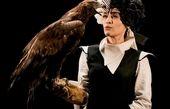 بازی خانم بازیگر با عقاب در دستانش!+عکس