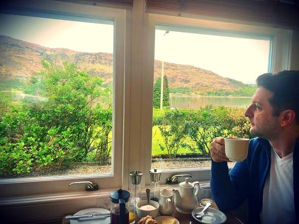 صبحانه خوردن خواننده آریان در چشم اندازی زیبا + عکس