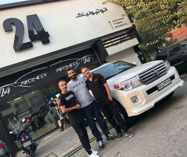 منوچهر هادی در کنار دوستان ماشین بازش + عکس