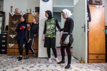 «لیدا رضایی» مربی بوکس سابقه 4 سال تمرین حرفه ای دارد. وی به همراه 9 شاگرد خود در یکی از اتاق های منزلش تمرین می کنند و گاهی برای انجام ورزشهای هوازی به کوه های اطراف تهران می روند