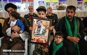 فرزند شهید امنیت در آغوش سردار سلیمانی+عکس