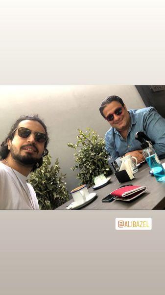 مهرداد صدیقیان و یکی از دوستانش در کافه + عکس