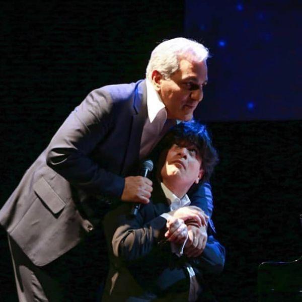عکس از شوخی مهران مدیری با آقای پیانیست روی صحنه کنسرتش
