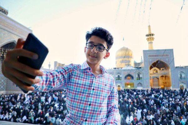 سلفی فینالیست عصر جدیدی در حرم امام رضا (ع) + عکس
