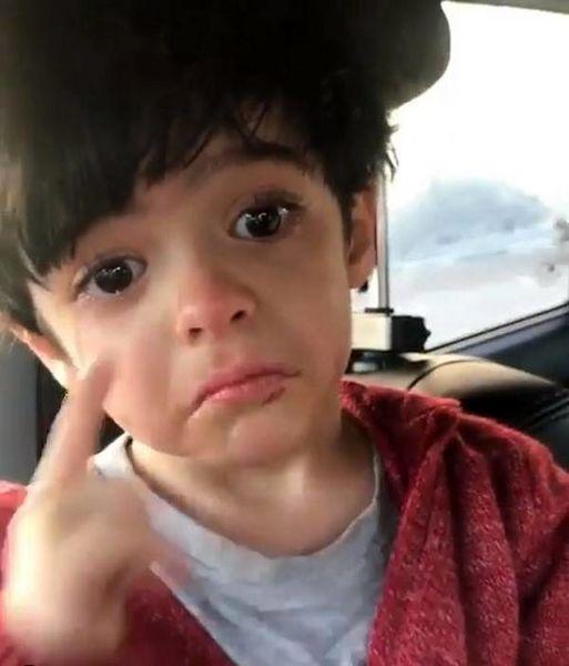 گریه ی پسر آقای بازیگر برای پدرش + عکس