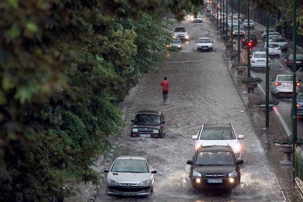 باران معابر تهران را قفل کرد