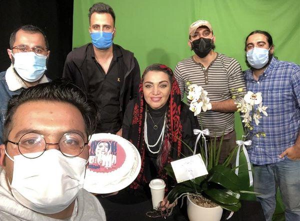 الهام پاوه نژاد در جمع عوامل نمایشش + عکس
