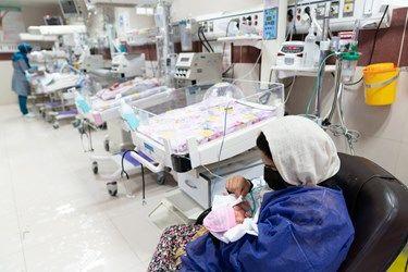 مادر قل چهارم ( قل D ) را در بخش مراقبت های ویژه نوزادان ( NICU 4 ) در آغوش گرفته است. / بیمارستان حضرت زینب(س) شیراز