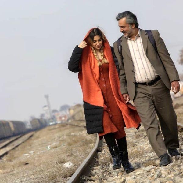 پیاده روی آقای بازیگر و همسرش در میان خطوط راه آهن /عکس