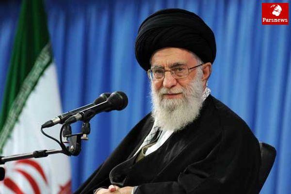 قرآن خواندن رهبر انقلاب در هواپیما / عکس