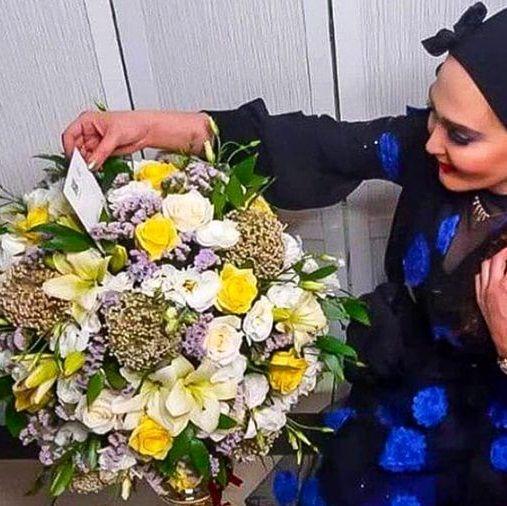 زهره فکور صبور با لباس مجلسی و دسته گل+عکس