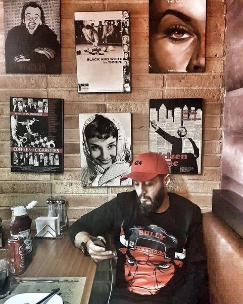 مهران رنجبر در کافه ای پر نقش و نگار + عکس