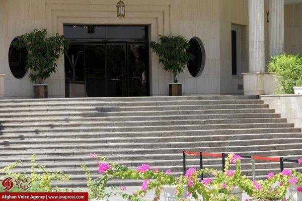 فیلم:: دورهمی داغ مسئولان و خبرنگاران در حیاط دولت