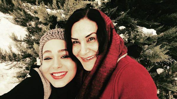 عکس کریسمسی ارغوان سریال دلدادگان و مادرش+عکس