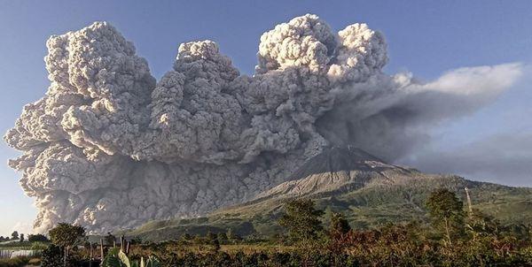 فوران کوه آتشفشانی و پرتاب خاکستر داغ از آن در اندونزی+عکس