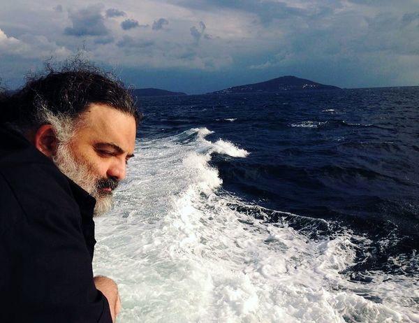خواننده مشهور در دل دریای خروشان + عکس